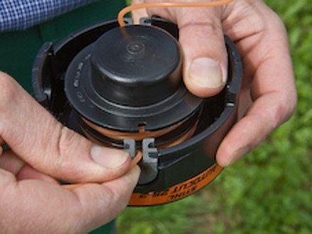 Оставилчем небольшой кусок лески и фиксируем его в пазе внутренней части катушки