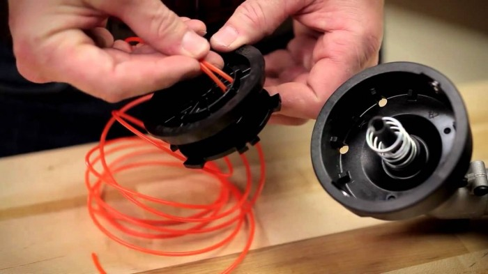 Как заправить леску в катушку триммера - продеваем в фиксирующее отверстие