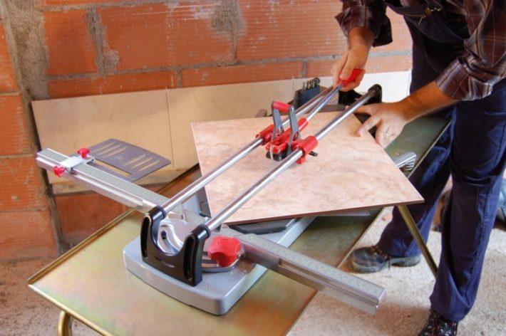 мужчина режет плитку